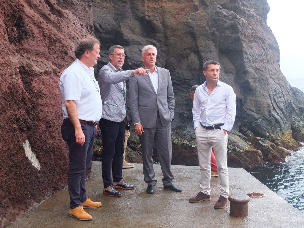 António Pedroso exige ao Governo clarificação sobre empreitada no porto do Topo