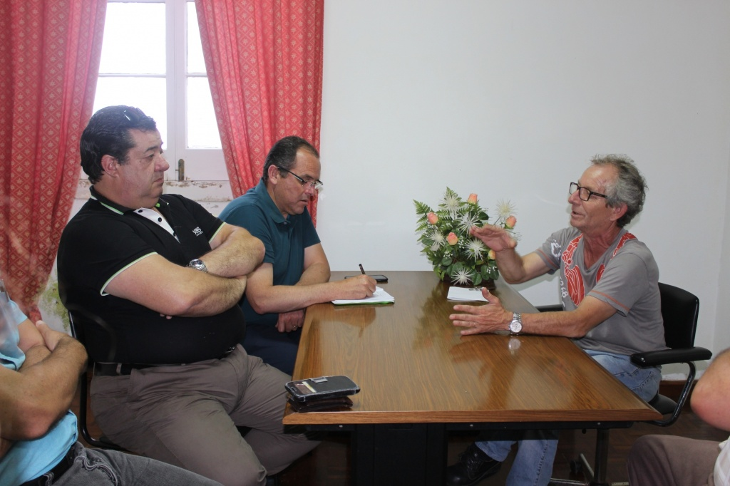 António Miguel Soares constata instalações precárias da Casa do Povo da Achadinha